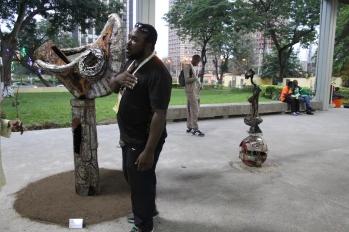 Dissake Dissake devant son oeuvre sur le parvis de la bibliothèque nationale