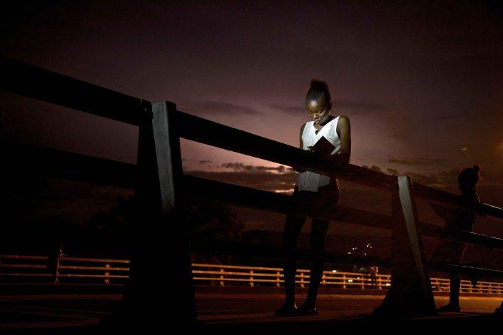 Des jeune s collégiens sur un pont entrain d'apprendre leur leçon_Baudouin MOUANDA_07