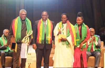 Ousmane William Mbaye, Baba Maal et Maréma Fall en compagnie du Président de la République. Crédits Photos: Présidence de la république