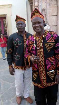 Ateh Bazore et un des artistes du collectif