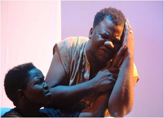 Deux comédiens Béninois dans la pièce La brise emportée