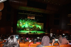Awadi sur la scène du grand Théâtre de Dakar lors de l'anniversaire de Omar PENE le 29 décembre 2017
