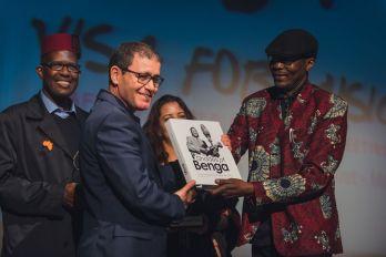 Le Kenyan William Tabu Osusa à droite